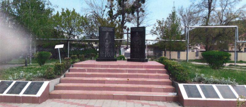 п. Новомихайловский Туапсинского р-на. Памятник по улице Юности 12, установленный на братской могиле воинов, погибших в годы Гражданской и Великой Отечественной войн.