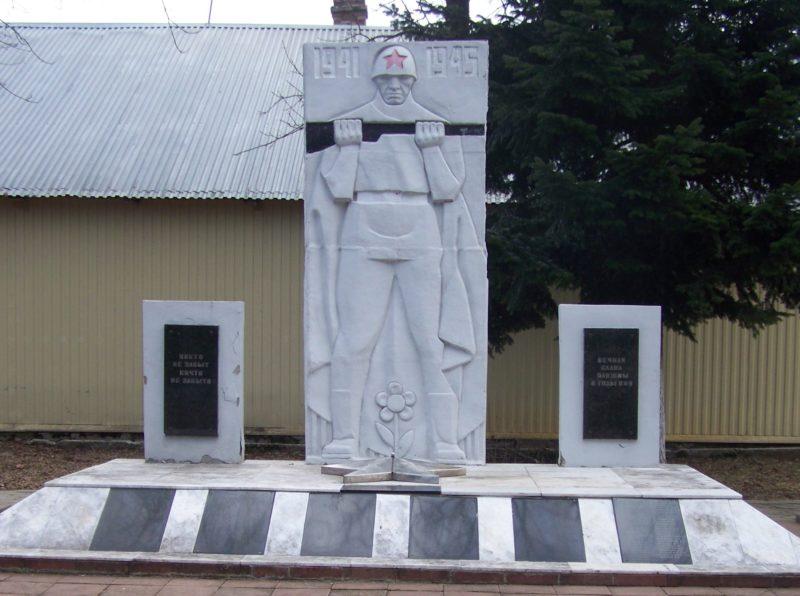 п. Октябрьский Туапсинского р-на. Памятник по улице Клубной, установленный на братской могиле советских воинов.
