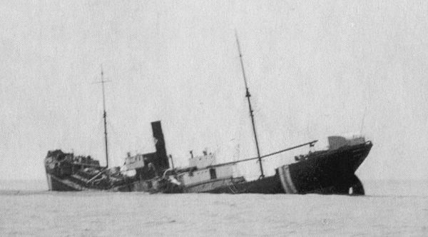 Тонущий финский пароход «Margareta», торпедированный немецкой подлодкой «U-46» в Бискайском заливе. Июнь 1940 г.