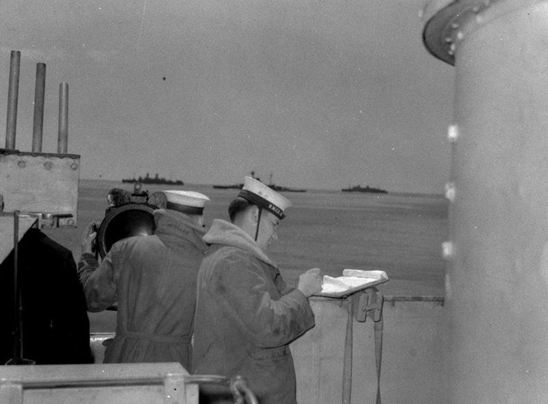 Сигнальщики эсминца «Assiniboine» на связи с кораблем конвоя. Июль 1940 г.
