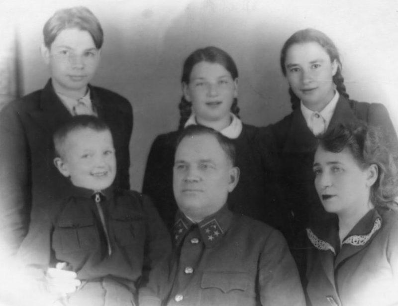 Хрулев с семьей. 1942 г.