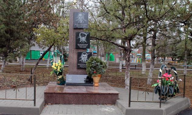 п. Веселый. Стела, посвящённая Героям Советского Союза - уроженцам района.