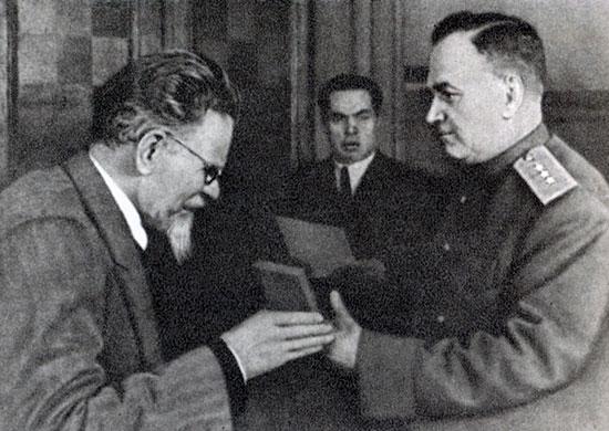 М.И. Калинин вручает А.В. Хрулеву орден Суворова 1-й ст. 1943 г.