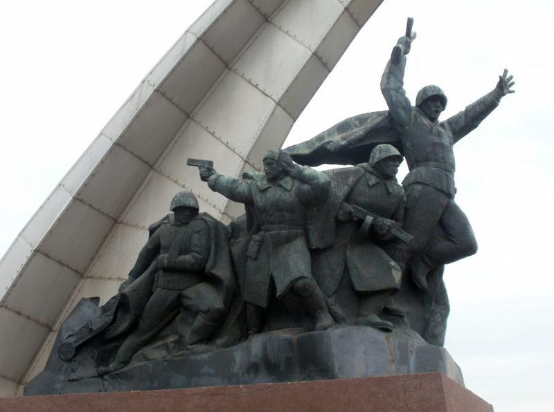 Скульптурные фрагменты монумента.