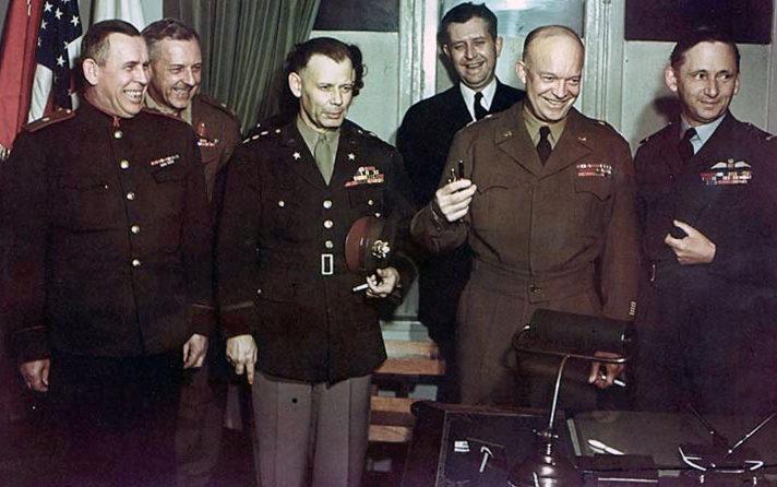 После подписания капитуляции. В первом ряду: Суслопаров, Смит, Эйзенхауэр, маршал авиации Королевских ВВС Артур Теддер.
