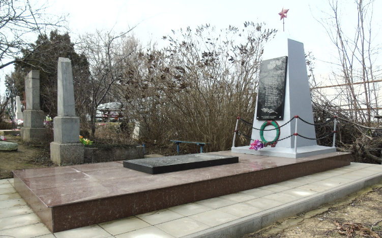 п. Ильич Темрюкского р-на. Памятник по улице Школьной 67б, установленный на братской могиле, в которой похоронено 14 советских воинов.