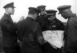 Командующий Калининским фронтом генерал-полковник И.С. Конев и командующий 31-й армией В.С. Поленов с офицерами штаба армии. 1942 г.