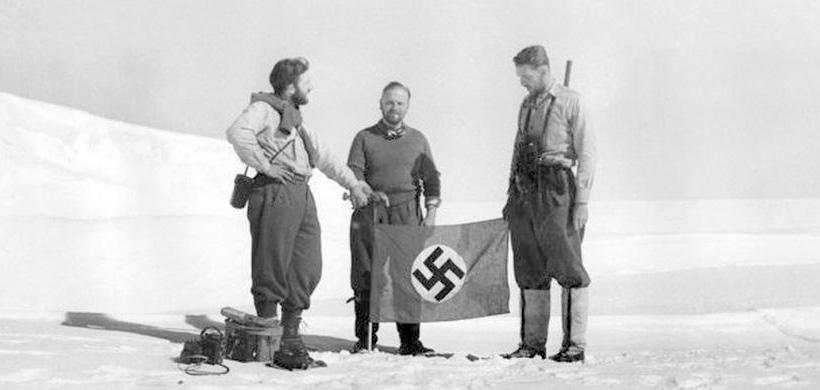 Немецкие исследователи на паковом льду континента.