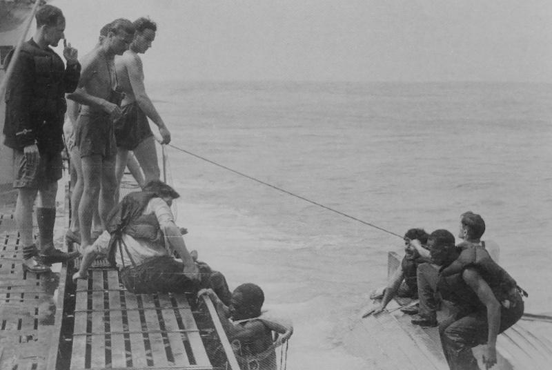 Немецкие подводники принимают на борт подлодки моряков потопленного британского транспорта. 1941 г.