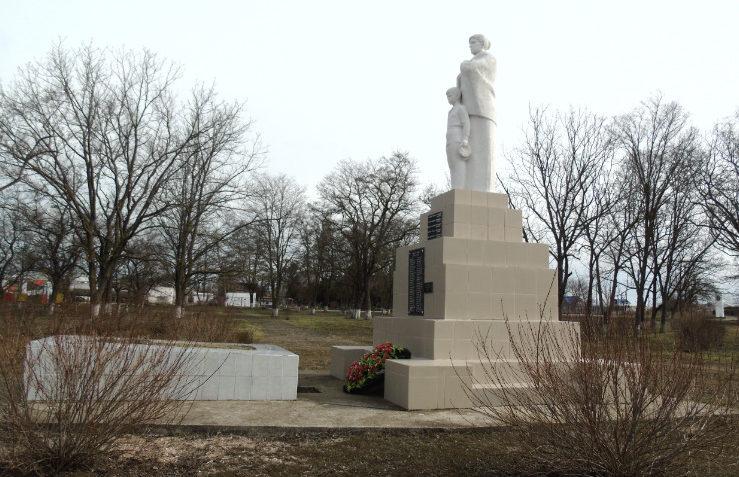п. Ильич Темрюкского р-на. Памятник по улице Советской, установленный на братской могиле.
