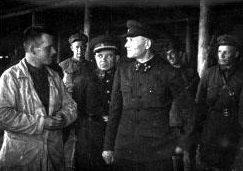 Командующий Калининским фронтом генерал-полковник И.С.Конев во время посещения полевого госпиталя. Слева - командующий 31-й армией генерал-майор В.С. Поленов.1942 г.