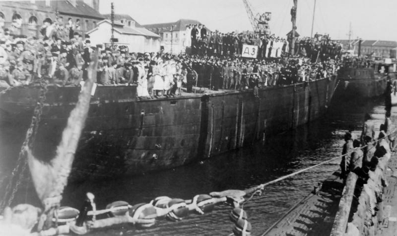 Встреча вернувшейся из похода немецкой подлодки «U-123» на базе субмарин в Лорьяне. 1941 г.