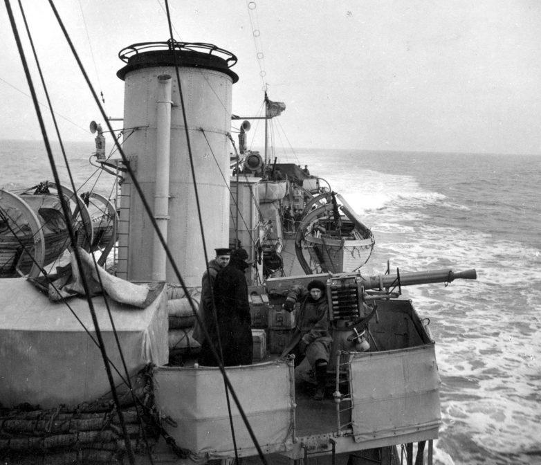 Матросы-зенитчики канадского эсминца «Assiniboain» на боевом посту около 40-мм автоматической зенитной пушки QF 2-pounder. 1942 г.