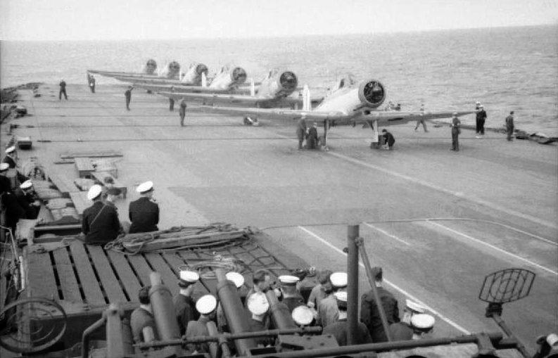 Шесть самолетов «Blackburn B-24 Skua» на взлетной палубе авианосца «Ark Royal». Апрель 1941 г.