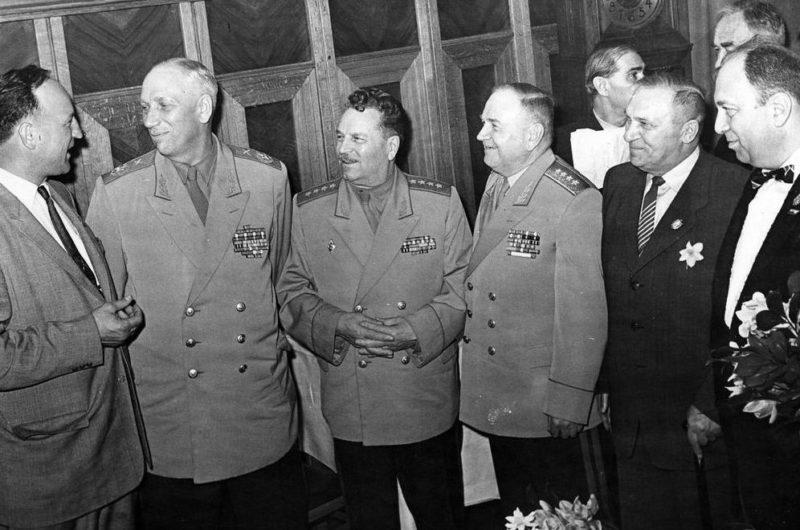 Генерал армии А.В. Хрулев с Главным маршалом артиллерии Н.Н. Вороновым и генералом армии И.В.Тюленевым. 1956 г.
