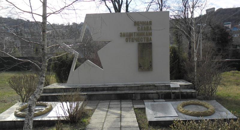 г. Туапсе. Памятник по улице Сочинской 70, установленный в 1995 году на братской могиле советских воинов, умерших в госпитале.