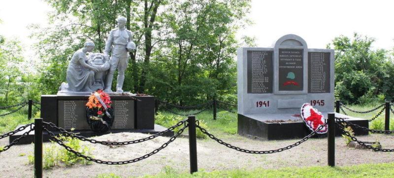 х. Красный Кут Веселовского р-на. Мемориал, установленный на братской могиле, в которой похоронено 75 советских воинов, погибших в боях за хутор в 1942-1943 годах.
