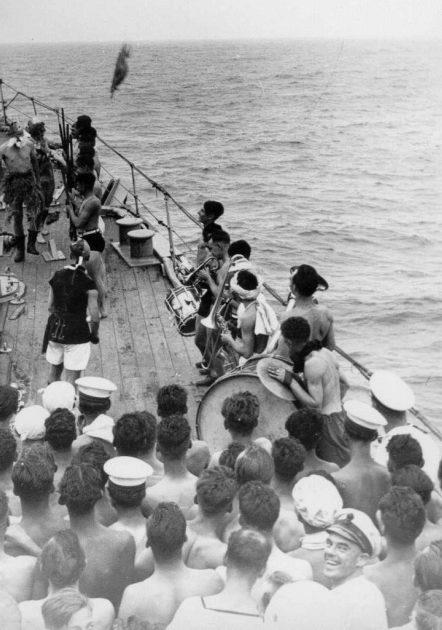 Команда британского крейсера «Dunedin» на церемонии в честь пересечения экватора. Апрель 1941 г.