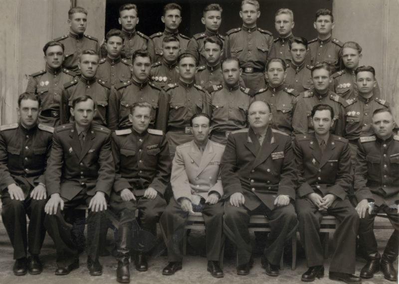 Г.Г.Соколов с делегатами окружной комсомольской конференции от Черновицкого погранотряда. г Львов. 1956 г.