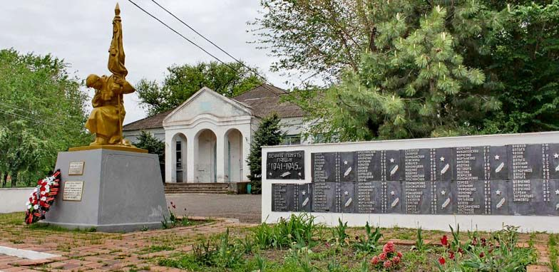 х. Красный Маныч Веселовского р-на. Мемориал, установленный на братской могиле, в которой похоронено 5 советских воинов, погибших в бою за хутор. Здесь же находится стела с именами погибших земляков.
