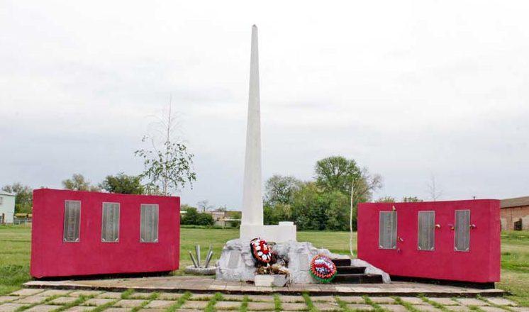 х. Красный Октябрь Веселовского р-на. Памятник, установленный на братской могиле, в которой похоронено 18 воинов, павших в боях за хутор в январе-феврале 1943 года. Здесь же находится стела с именами погибших земляков.