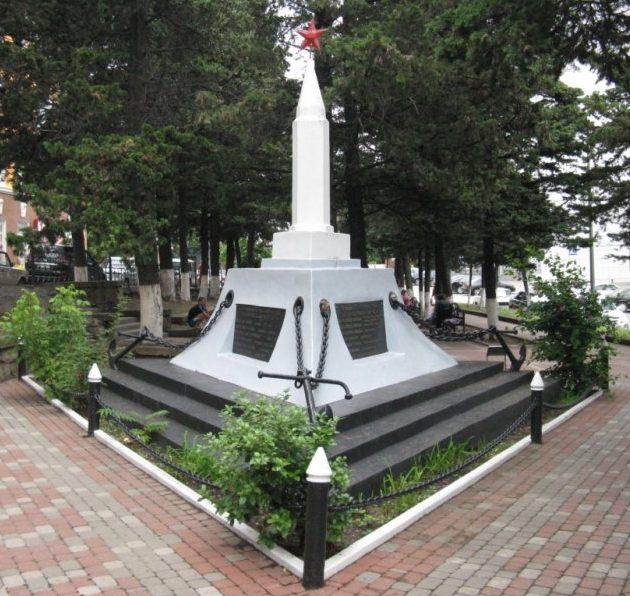 г. Туапсе. Памятник на площади Ильича, установленный на братской могиле, в которой похоронено 19 воинов, погибших при защите Военно-морской базы Туапсе.