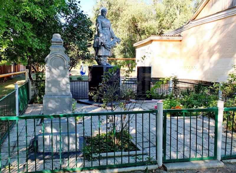 г. Азов. х. Новоалександровка. Мемориал, установленный на братской могиле по улице Ленина 88.