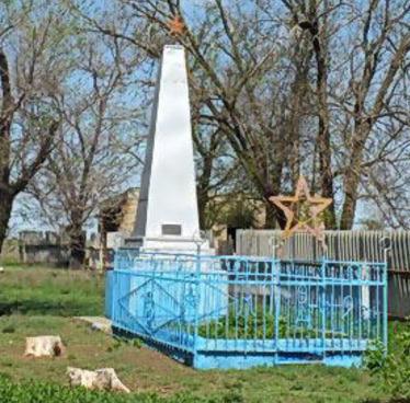 х. Ильичев Зимовниковского р-на. Братская могила советских воинов, погибших при освобождении хутора в январе 1943 года.