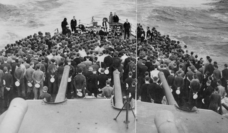 Церемония погребения трех матросов на британском легком крейсере «Sheffield». Май 1941 г.