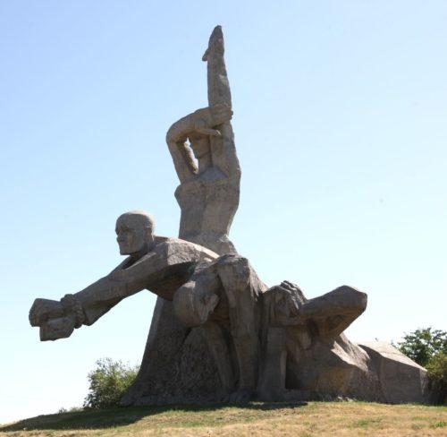 Скульптурная композиция мемориала.