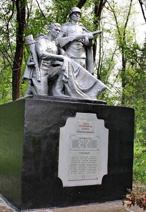 х. Позднеевка Веселовского р-на. Памятник, установленный на братской могиле советских воинов, в которой похоронено 18 советских воинов, погибших в боях за хутор в январе-феврале 1943 года.
