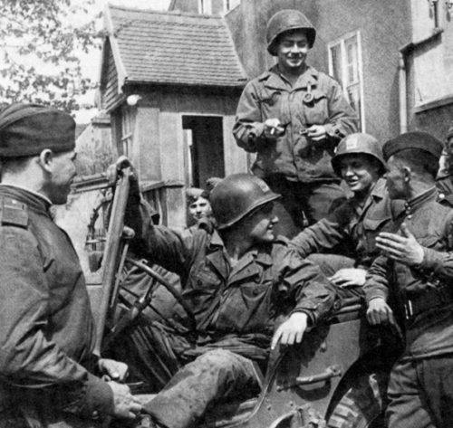 Советские воины на американской стороне Эльбы. 25 апреля 1945 г.