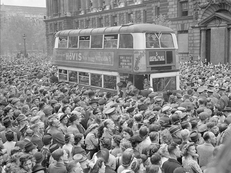 Лондонцы слушают речь Уинстона Черчилля о капитуляции Германии. 8 мая 1945 г.