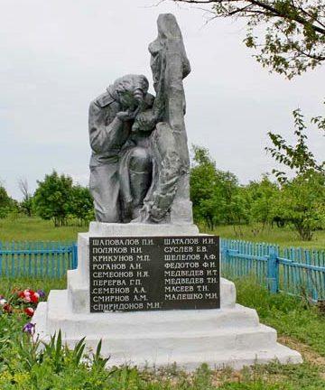 х. Свобода Веселовского р-на. Памятник, установленный на братской могиле, в которой похоронено 143 советских воинов, погибших в боях за хутор в январе-феврале 1943 года.