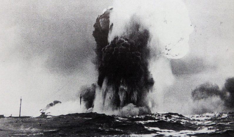 Взрыв голландского транспорта «Bennekom», торпедированного немецкой подлодкой «U-96». Октябрь 1941 г.