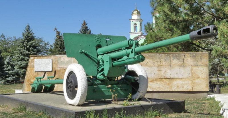 Орудие на мемориале.