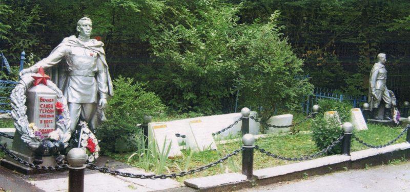 г. Туапсе. Братская могила на старом кладбище, в которой похоронено 4 советских воина.
