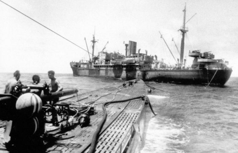 Немецкая подлодка «U-124» заправляется топливом с судна «Питон» в открытом море. Ноябрь 1941 г.