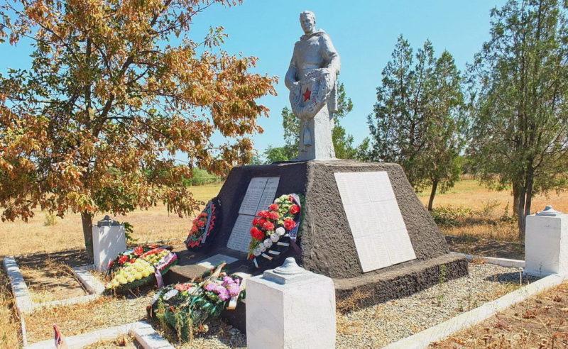 г. Азов. с. Семибалки. Памятник, установленный на братской могиле воинов, погибших в годы войны.