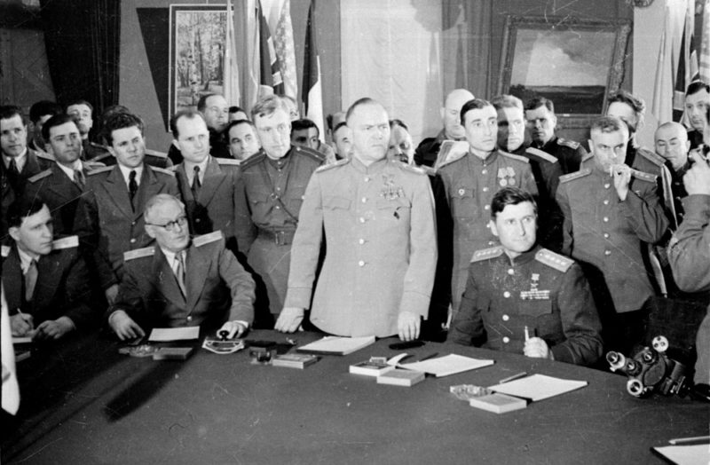 В. Д. Соколовский (сидит крайний справа) при принятии Жуковым акта капитуляции Германии. 8 мая 1945 г.