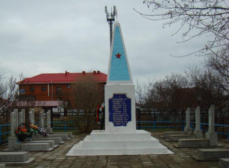 п. Пересыпь Темрюкского р-на. Памятник советским воинам, установленный у братских могил.