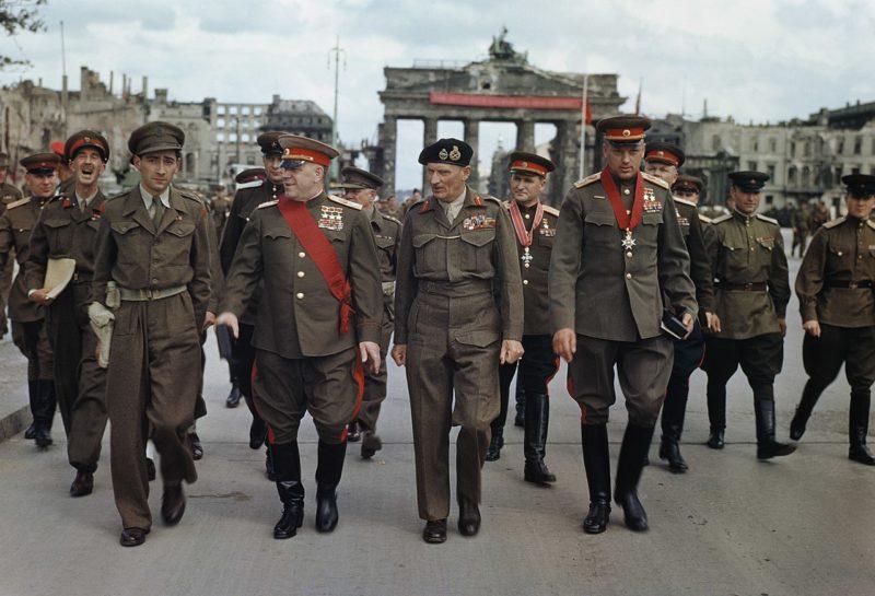Фельдмаршал Монтгомери наградил Соколовского (на заднем плане) крестом рыцаря ордена Британской империи военного класса. Берлин, у Бранденбургских ворот. 12 июля 1945 г.