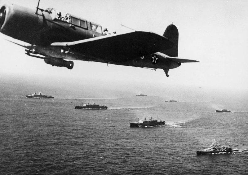 Самолет разведчик-бомбардировщик «SB2U Vindicator» патрулирует море у конвоя WS-12. Декабрь 1941 г.