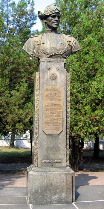 г. Аксай. Бюст дважды Герою Советского Союза Н.Д. Гулаеву, уроженцу станицы Аксайской, установленный в 1949 году на пересечение улиц Гулаева и Вокзального спуска.