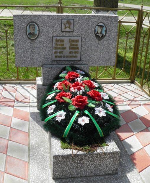 п. Правобережный Темрюкского р-на. Братская могила советских летчиков Е.Е. Алехина и М.П. Колодия, погибших в воздушном бою при освобождении города Темрюка.