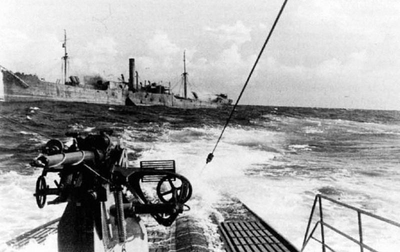 Немецкая подлодка «U-123» отходит от тонущего транспорта, пораженного огнем палубного 105-мм орудия лодки. 1942 г.