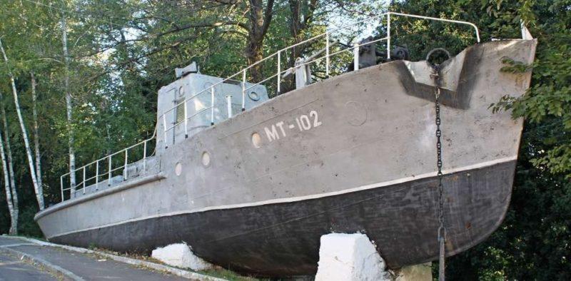 г. Туапсе. Памятник минный тральщик МТ-102, установленный по улице Морской.