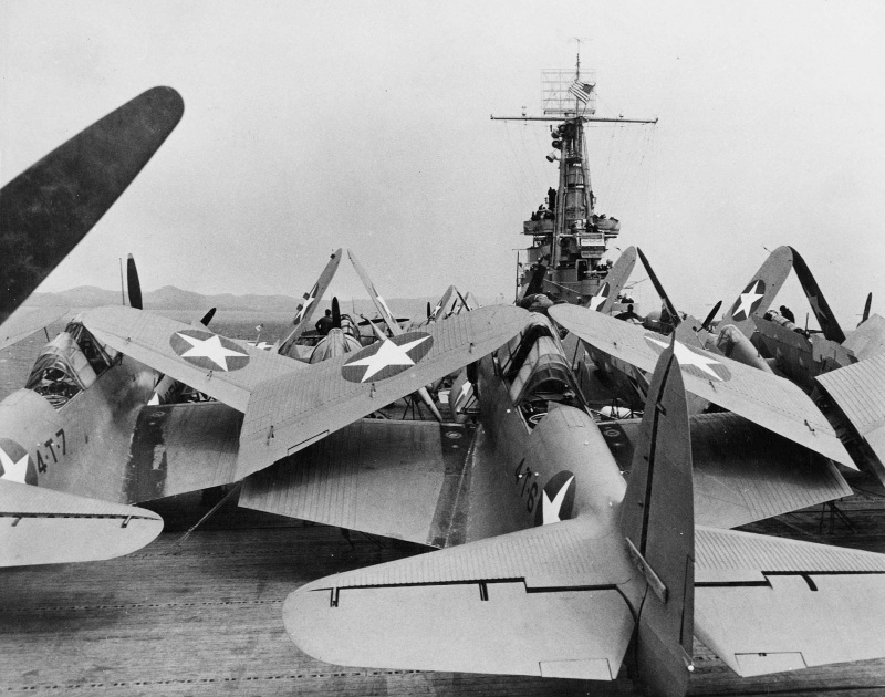 Торпедоносцы «Douglas TBD-1 «Devastator» со сложенными крыльями на палубе авианосца «Ranger». 1942 г.