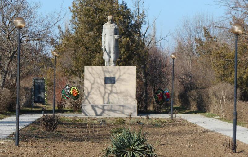 п. Прогресс Темрюкского р-на. Памятник советским воинам по улице Мартыненко. Здесь же находится могила А.П. Мартыненко, старшего лейтенанта, погибшего в бою с фашистскими захватчиками.