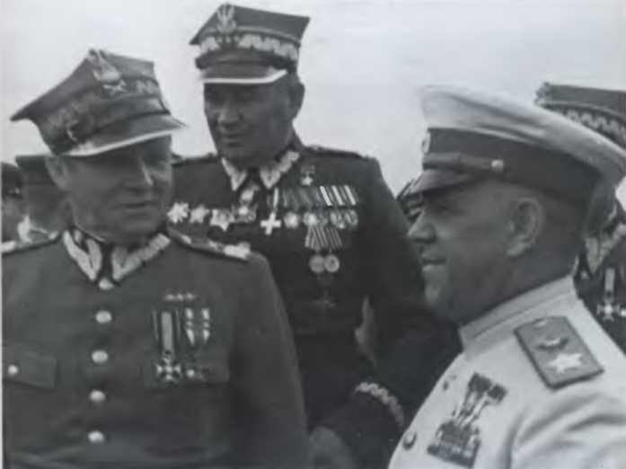 Маршалы Жуков, Рокоссовский и Поплавский на варшавском аэродроме. 1945 г.